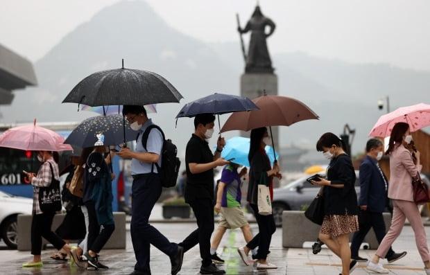 서울 세종로사거리에서 시민들이 우산을 쓴 채 회사로 발걸음을 옮기고 있다. 사진=연합뉴스