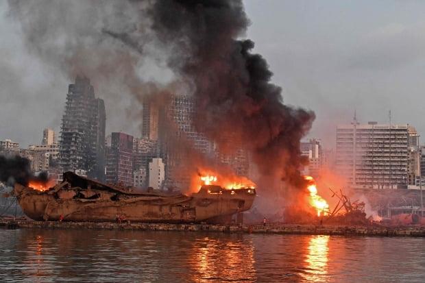 지난 4일 베이루트 대폭발로 화염에 휩싸인 선박과 차량. 사진=연합뉴스
