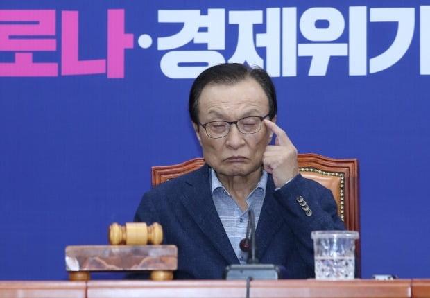 발언 듣는 민주당 이해찬 대표 (사진=연합뉴스)