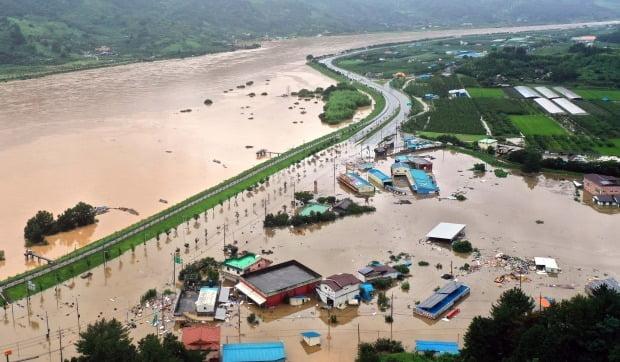 8일 오후 경남 하동군 하동읍 두곡리 두곡마을 일대가 전날부터 내린 폭우로 물에 잠겨 있다. 왼쪽 편은 전남 광양시와 연결된 섬진강이다. 사진=연합뉴스