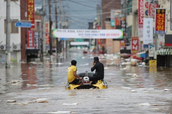 8일 오후 전남 구례군 구례읍 도심이 폭우로 잠기자 구조대가 고무보트를 타고 고립된 주민을 수색하고 있다. 사진=연합뉴스
