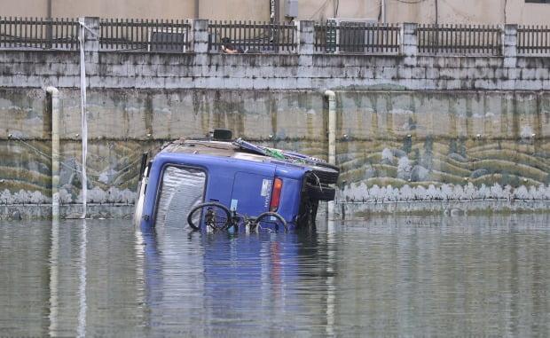경남 하동군 화개면 탑리 화개장터 인근 화개천에 차와 자전거가 빠져있다.(사진=연합뉴스)