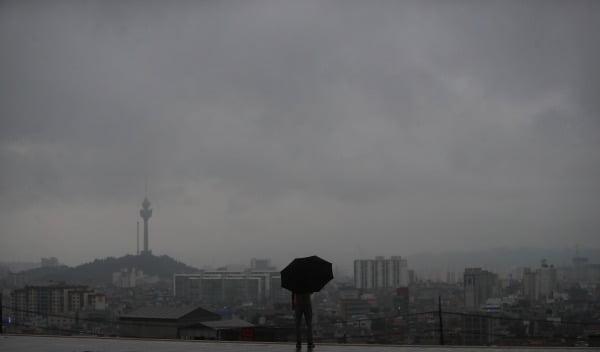 10일 오후 대구 지역이 태풍의 영향권에 들어가며 먹구름 가득한 하늘에서 비가 내리고 있다. 사진=연합뉴스