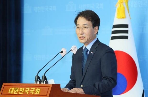더불어민주당 최고위원 선거에 출마한 이원욱 의원이 23일 국회 소통관에서 기자회견하고 있다. /사진=연합뉴스