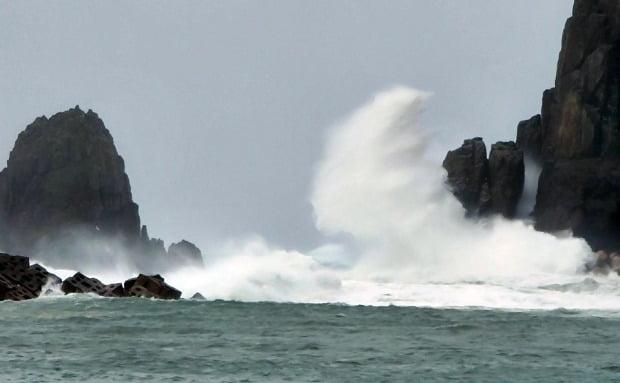 26일 전남 신안군 흑산면 가거도에서 제8호 태풍 바비가 북상하며 높은 파도가 일고 있다. /사진=연합뉴스