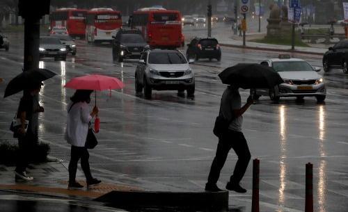 4일 전국이 대체로 흐린 가운데 중부지방을 중심으로 천둥과 번개를 동반한 강한 비가 오겠다.사진=뉴스1