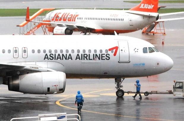 서울 강서구 김포공항에 계류돼 있는 아시아나항공 여객기의 모습. 사진=뉴스1
