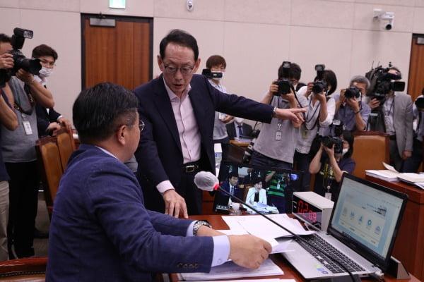 3일 오후 서울 여의도 국회에서 열린 법제사법위원회 전체회의에서 김도읍 미래통합당 간사가 소위 논의 없이 고위공직자범죄수사처(공수처) 법안을 상정하는 것에 반대하며 윤호중 위원장에게 항의하고 있다. 사진=뉴스1