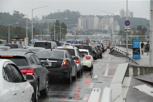 집중호우로 서울 주요 도로 곳곳이 통제된 6일 오전 출근길이 막히고 있다. / 사진=뉴스1