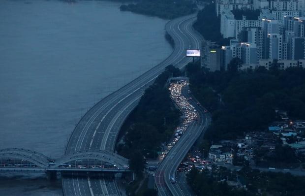 팔당댐과 소양강댐 방류로 한강 수위가 높아지면서 전날에 이어 7일 서울 도로 곳곳에 차량 통행 통제가 이어지고 있다. 사진=뉴스1