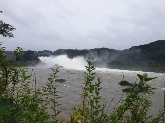 전북 진안군 소재 용담댐이 8일 수문을 열고 방류하고 있다. 사진=뉴스1