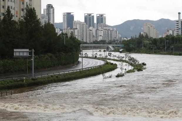 수도권을 비롯한 중부지방에 내려진 호우특보로 한강과 하천 주변 도로의 차량 통행이 통제된 9일 서울 중랑구 중랑천의 물이 불어나 있다. 뉴스1