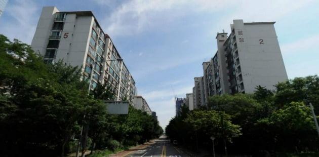 도로를 사이에 두고 1·2동과 3·5~11동이 나뉜 서울 여의도 광장아파트. 서울행정법원은 분리재건축이 추진되던 이 아파트에 대해 사업시행자 지정처분을 취소하라고 판결했다. 한경DB