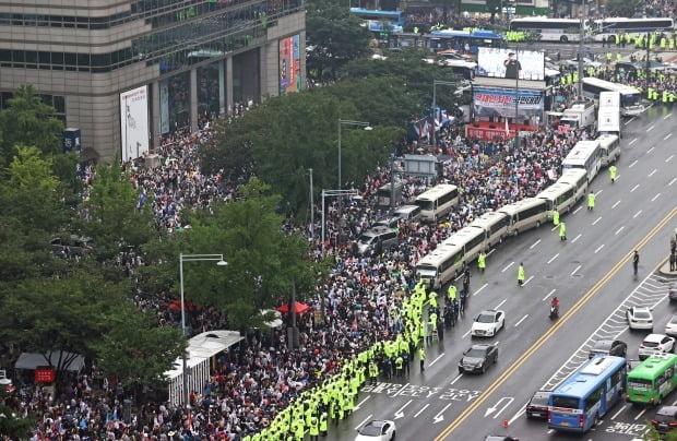 광복절인 지난달 15일 서울 종로구 동화면세점 앞에서 '문재인 정권 규탄' 집회가 열리고 있다/사진=연합뉴스