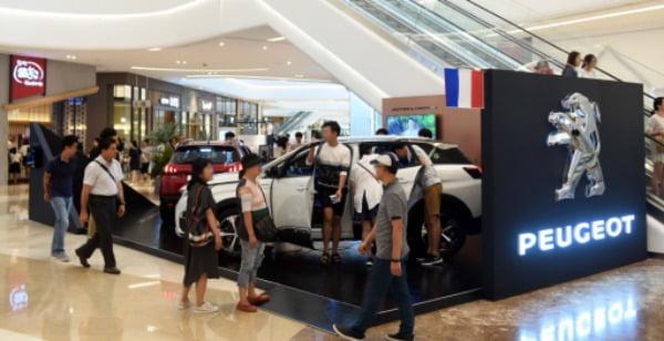푸조의 한국 공식 수입원인 한불모터스가 2017년 8월 경기 하남시 스타필드 하남에 오픈한 '뉴 SUV 푸조 팝업스토어'에서 방문객들이 전시된 차량을 살펴보고 있다. /사진=연합뉴스