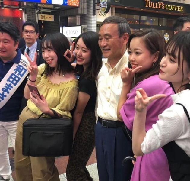 일본 현지 젊은이들과 사진 촬영을 하는 스가 요시히데 관방장관 [사진=스가 요시히데 인스타그램]