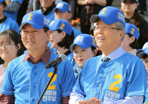 2016년 당시 김종인 더불어민주당 대표와 정청래 의원이 국회에서 총선 응원가 뮤직비디오를 촬영하며 밝게 웃고 있다. /사진=연합뉴스