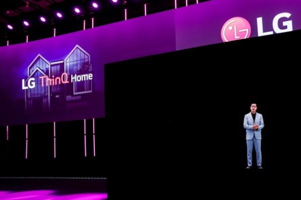 3일(현지시간) 독일 베를린에서 개막한 'IFA 2020'에서 '집에서 좋은 삶이 시작됩니다(Life's Good from Home)'를 주제로 프레스 콘퍼런스를 진행했다. 박일평 LG전자 CTO(사장)이 홀로그램으로 등장해 프레스 콘퍼런스를 진행하는 모습/사진제공=LG전자