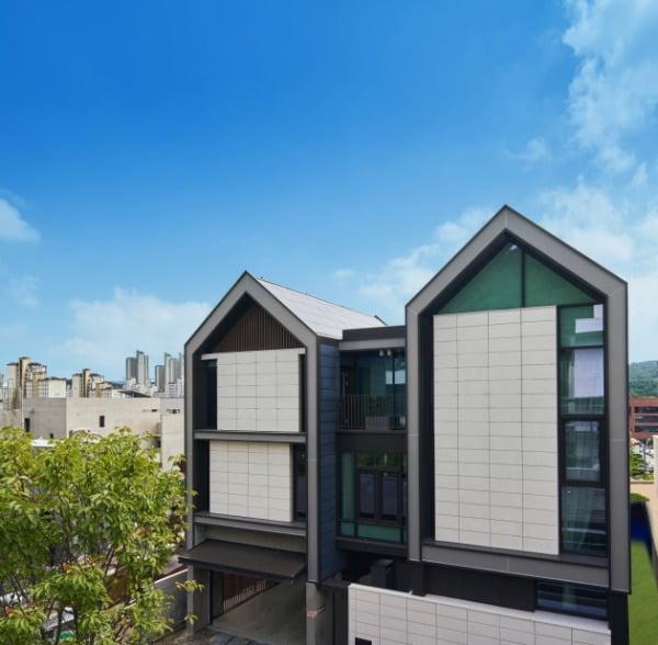LG전자가 IFA 2020에서 혁신 제품과 솔루션을 총망라한 미래의 집 'LG 씽큐 홈'을 공개했다. LG 씽큐 홈은 코로나19 이후 변화하는 고객 라이프스타일을 반영해 '안심', '편리', '재미'의 세 가지 고객 가치를 제시한다. 이 건물 외벽에는 총 988의 태양광 패널을 적용해 건물일체형태양광발전(BIPV) 시스템을 구축했다. 경기도 판교신도시에 지하 1층, 지상 3층 규모로 지어진 LG 씽큐 홈의 전경/사진제공=LG전자