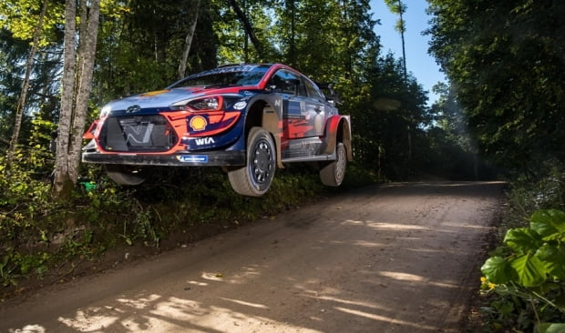 에스토니아 랠리서 열린 '2020 월드랠리챔피언십' 4차 대회에서 현대차 'i20 쿠페 WRC' 랠리카가 달리는 모습. 사진=현대차