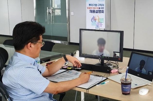인천 남동공단의 인쇄회로기판 제조업체 관계자가 인천TP의 비대면 채용지원 서비스를 이용해 화상 면접을 하고 있다. 인천TP 제공