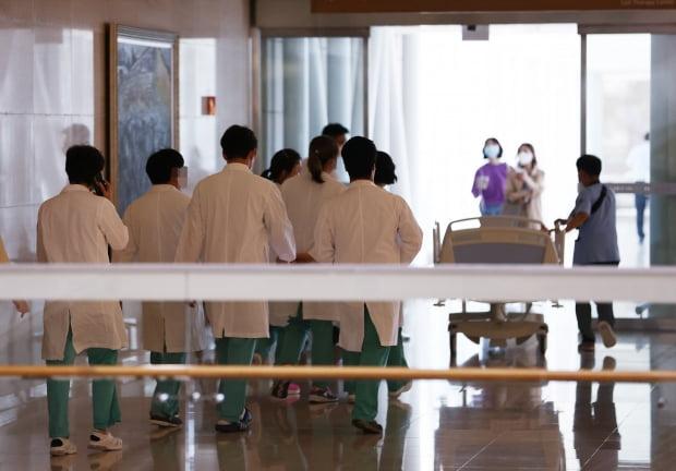 8일 서초구 서울성모병원에 의료진이 의과대학 방향으로 걸어가고 있다.  사진=연합뉴스