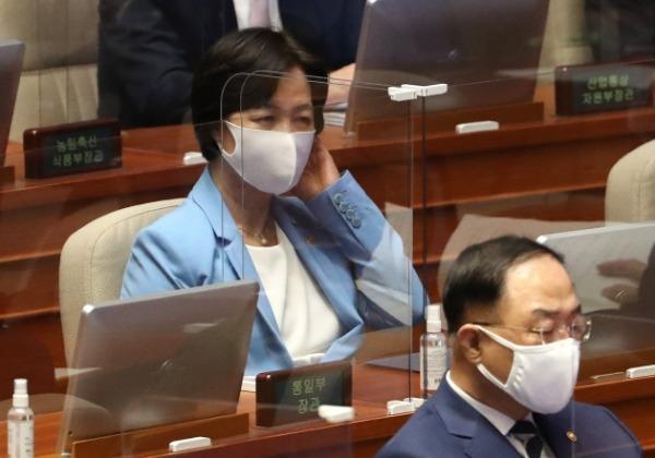 추미애 법무부 장관이 8일 오후 열린 국회 본회의에 출석, 국무위원석에 앉아있다. /사진=연합뉴스