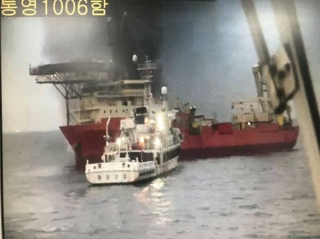11일 오전 3시51분께 경남 통영 매물도 인근 해상에서 발생한 특수목적선 화재를 진화하고 있는 해경. 해경청 제공