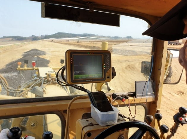 운전자가 MC(Machine Control) 시스템을 이용해 작업을 진행하고 있다. (자료 현대건설)