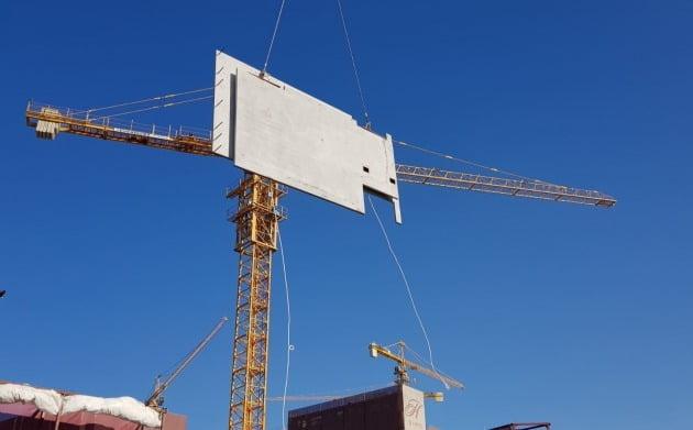 '힐스테이트 레이크 송도 2차' 현장에서 PC(Precast Concrete)를 시공하고 있다. (자료 현대건설)