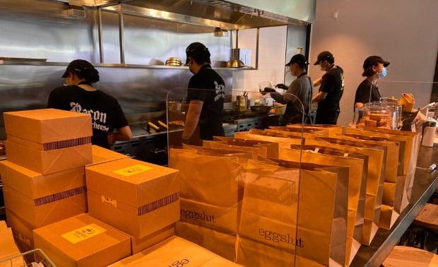 SPC삼립이 서울 삼성동 스타필드 코엑스몰에서 운영하는 달걀 샌드위치 전문점  '에그슬럿' 에 테이크아웃, 배달용 메뉴가 쌓여있다.    SPC 제공