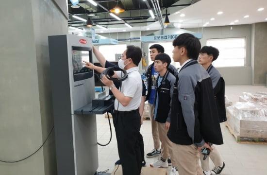 사진=이진택 로봇특수용접학과 학과장과 다모아(DAMOA)팀. 러닝팩토리 및 용접VR 체험 모습