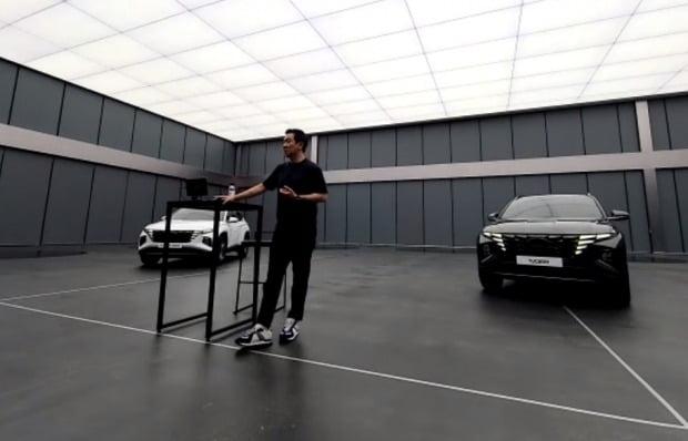 현대적인 디자인 센터 장 이상엽 전무가 온라인 미디어 간담회에서 신형 투싼 디자인을 설명하고있다.  사진 = 현대차의 화상 회의 세이브