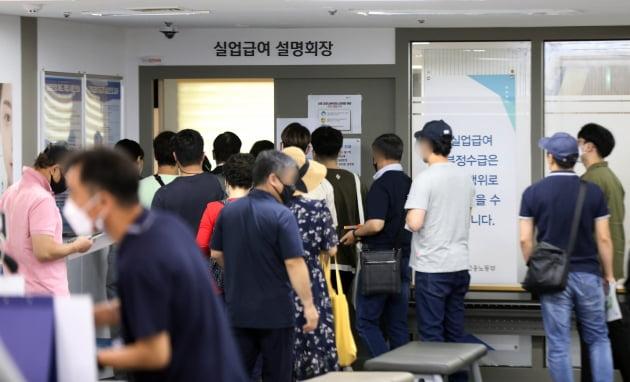 코로나19 여파로 고용 한파가 지속되는 가운데, 서울의 한 고용복지플러스센터에서 시민들이 실업급여 설명회장으로 향하고 있다. /사진=뉴스1