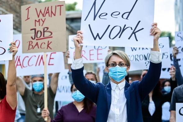 신종 코로나바이러스 감염증(코로나19)으로 한국을 비롯한 세계 주요국들의 실업률이 일제히 치솟고 있다. 사진은 마스크를 쓰고 시위를 하는 실업자들의 모습.   gettyimagesbank