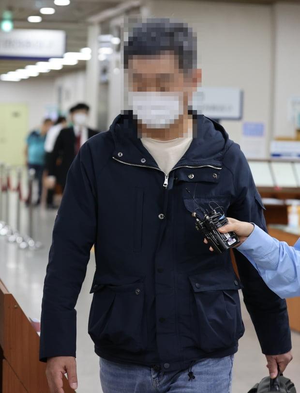 조국 동생 조권씨가 재판을 받으러 법정으로 향하고 있다. 연합뉴스