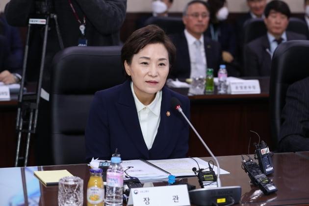 '최장수' 기록 세운 김현미 장관…'다주택자와 전쟁' 결말은?