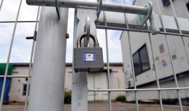 경기도 시흥시 시화공단에 한 폐쇄된 공장문에 자물쇠가 채워져 있다. /허문찬기자  sweat@hankyung.com