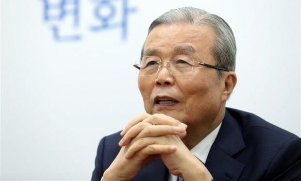 """김종인 국민의힘 비상대책위원장이 지난 14일 국회에서 한국경제신문과 인터뷰하고 있다. 김 위원장은 공정거래법·상법 개정안에 대해 """"개정해야 한다는 게 내 생각""""이라고 말했다. 신경훈 기자 khshin@hankyung.com"""
