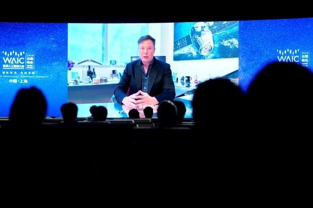 일론 머스크 테슬라 최고경영자(CEO)가 지난 7월 상하이에서 열린 세계 인공지능대회(2020 WAIC)에서 온라인으로 영상 메시지를 전달하고 있다. 연합뉴스