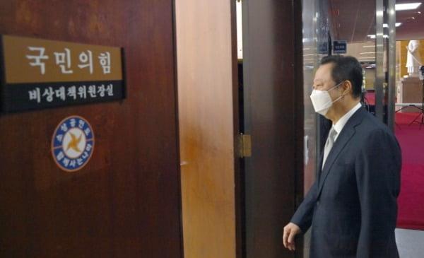 박용만 대한상의 회장이 22일 오전 국회를 방문, '기업규제 3법'에 대한 반대입장을 전달하기 위해 김종인 국민의힘 비대위원장실로 들어서고 있다./사진=김범준 기자 bjk07@hankyung.com