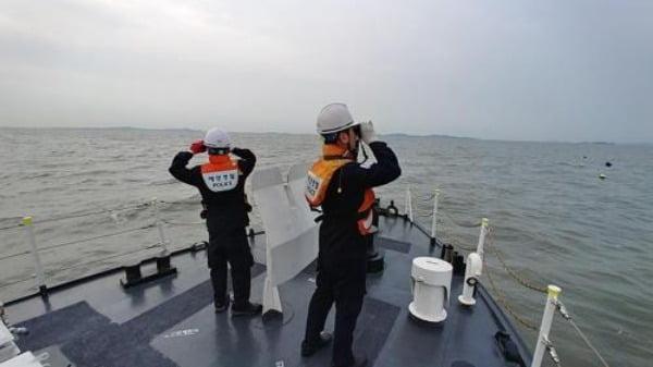 인천 바닷가에서 어패류를 잡던 30대 남성이 실종돼 해경이 사흘째 수색을 이어가고 있다고 인천해양경찰서가 지난 21일 밝혔다. 사진은 수색하는 해경의 모습. /사진=연합뉴스