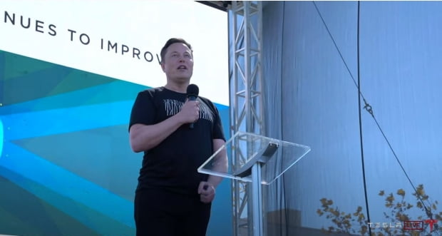 '배터리 데이' 행사에서 일론 머스크 테슬라 CEO가 발언하고 있다. 사진=테슬라 라이브 갈무리