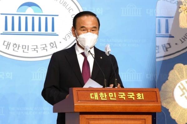 가족 기업이 피감기관으로부터 수천억원대 특혜 수주를 받았다는 의혹을 받고 있는 박덕흠 국민의힘 의원이 23일 국회 소통관에서 탈당 기자회견을 하고 있다. /사진=뉴스1