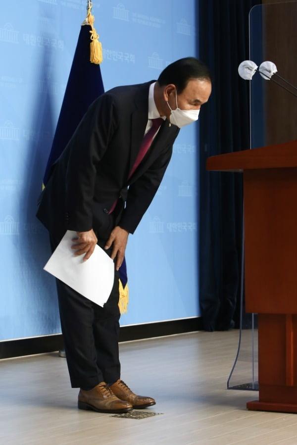 가족 기업이 피감기관으로부터 수천억원대 특혜 수주를 받았다는 의혹을 받고 있는 박덕흠 국민의힘 의원이 23일 국회 소통관에서 탈당 기자회견을 마친 후 인사하고 있다. /사진=뉴스1