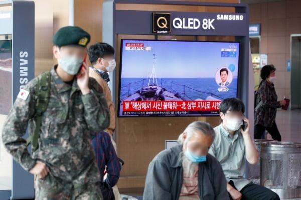 24일 오후 서울역에서 연평도 공무원 피격 사건 뉴스 화면이 나오고 있다. 국방부는 지난 21일 연평도 인근 해상에서 실종된 어업 지도 공무원 A씨(47)가 북측의 총격으로 사망한 뒤 시신이 불태워진 사실을 확인했다. 이어 북한에 이번 사안에 대한 유감을 표명하고 해명과 책임자 처벌을 촉구했다. /사진=뉴스1