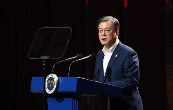 문재인 대통령이 24일 오후 경기 김포 캠프원에서 열린 디지털 뉴딜 문화콘텐츠산업 전략보고회에서 모두발언을 하고 있다. /사진=청와대사진기자단