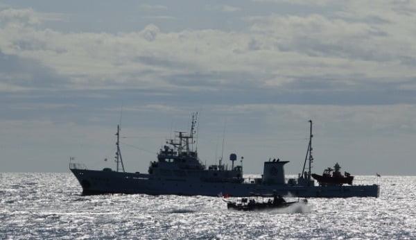 지난 25일 인천시 옹진군 연평도 인근 해상에 정박한 실종된 해양수산부 공무원이 탑승했던 어업지도선 무궁화 10호에서 해경선으로 보이는 선박 관계자들이 조사를 벌인 뒤 배를 타고 이동하고 있다. /사진=연합뉴스