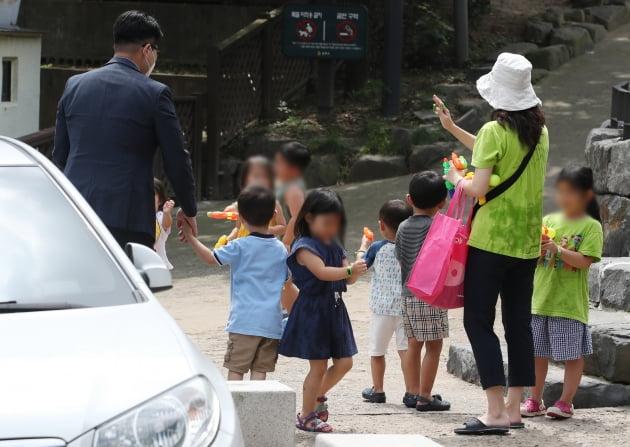 서울의 한 어린이집에서 어린이들이 나오고 있다. 사진=뉴스1