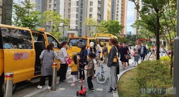 수도권 한 아파트 단지 앞. 부모들이 자녀들을 어린이집 차량에 태우기 위해 대기하고 있다. 사진=김수현 한경닷컴 기자